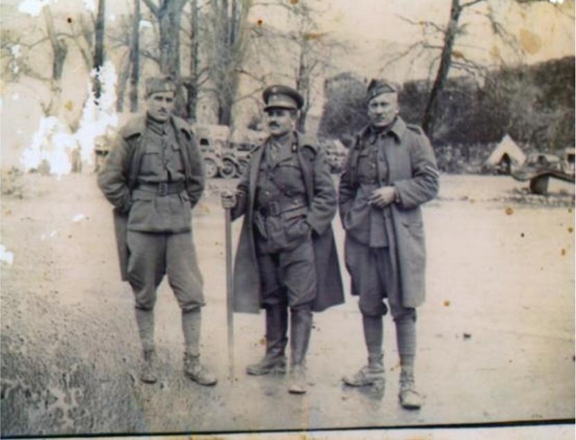 Στο κέντρο. Με δύο συγχωριανούς του από τον Ασωπό κατά την περίοδο του πολέμου.